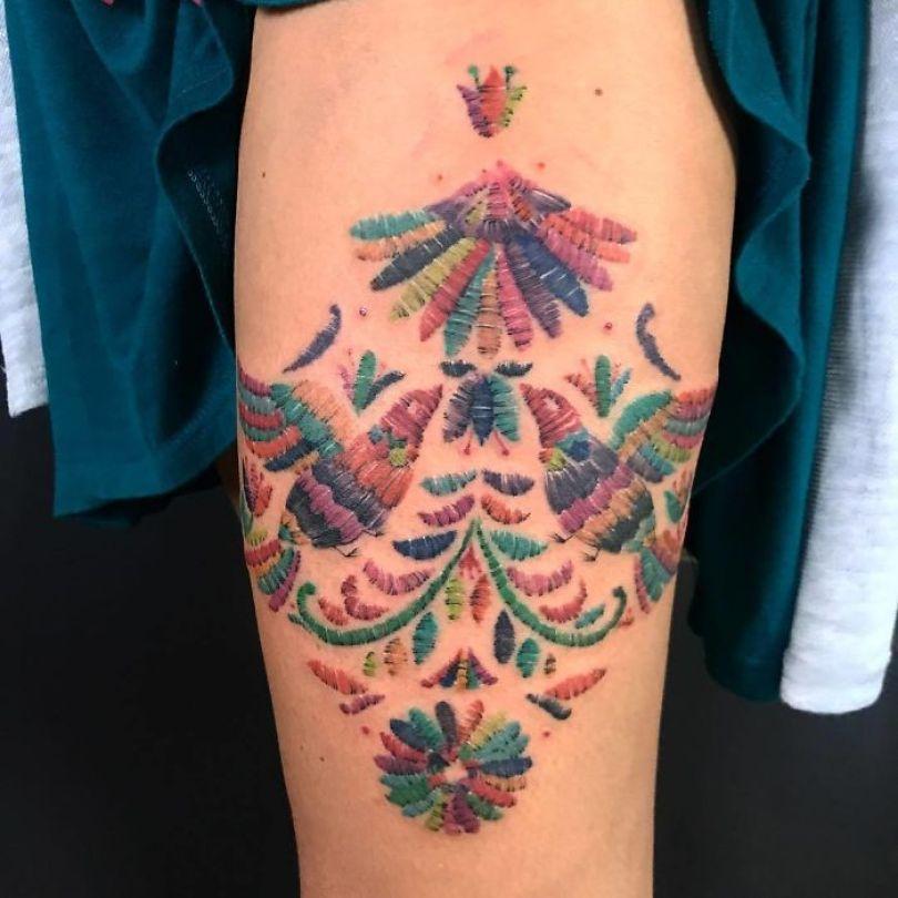 """5cab030456d31 BsuDLVvlt9x png  700 - 30 tatuagens em estilo """"bordado"""" são lindas e intrigantes"""