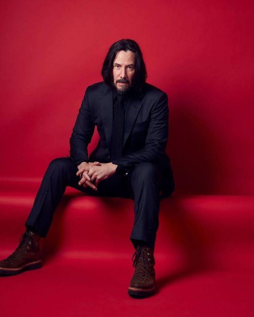 5d03466df2d6a Bx9qsXMIjl1 png  700 - Por que Keanu Reeves tímido e introvertido é tão popular na Internet?
