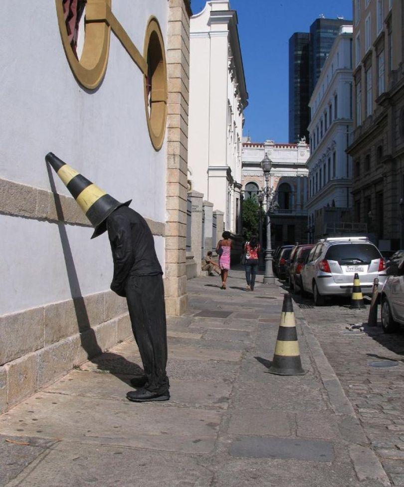 5d146eae0867e mannequins city street art installation trolling sculptor artist mark jenkins 9 5d1317dd8611a  700 - Manequins realistas nas ruas