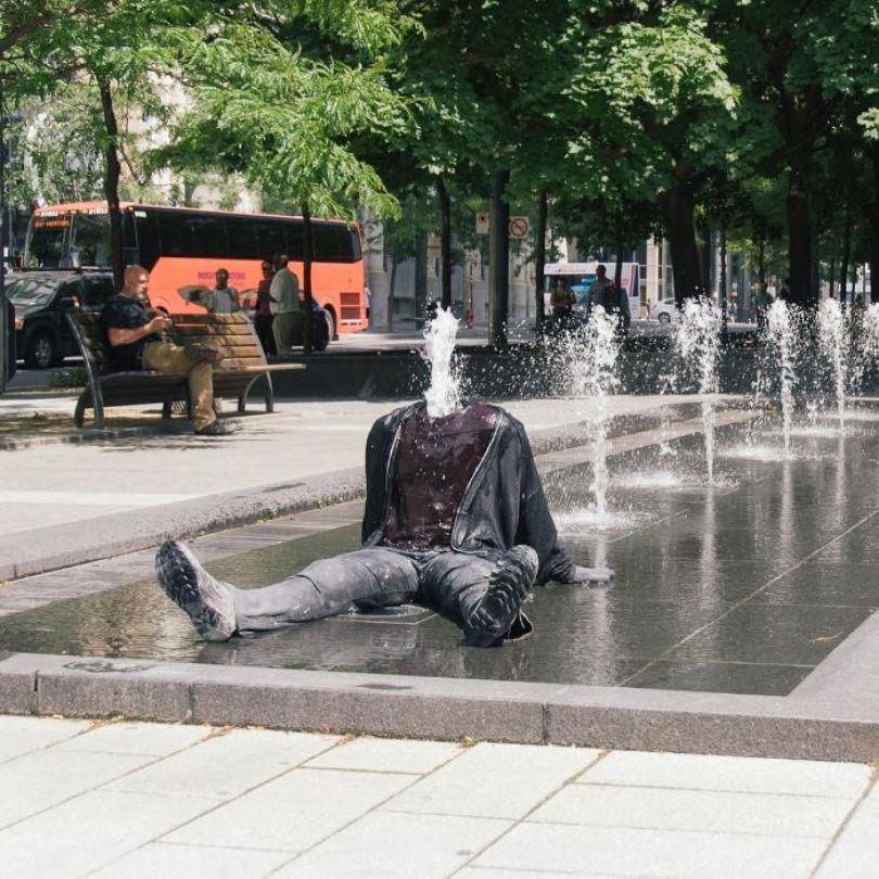 5d146eae8cf98 mannequins city street art installation trolling sculptor artist mark jenkins 12 5d1317e3b35a1  700 - Manequins realistas nas ruas