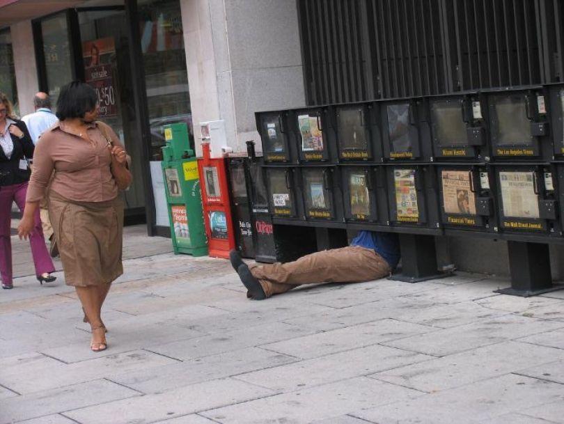 5d146eaece714 mannequins city street art installation trolling sculptor artist mark jenkins 11 5d1317e205ca6  700 - Manequins realistas nas ruas