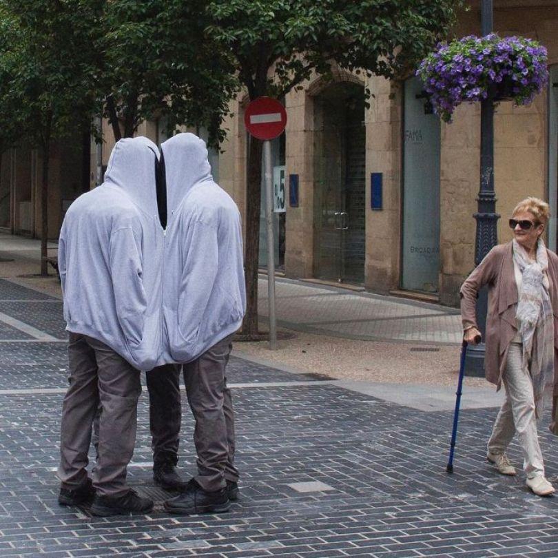 5d146eaf79561 mannequins city street art installation trolling sculptor artist mark jenkins 22 5d1317f51238e  700 - Manequins realistas nas ruas