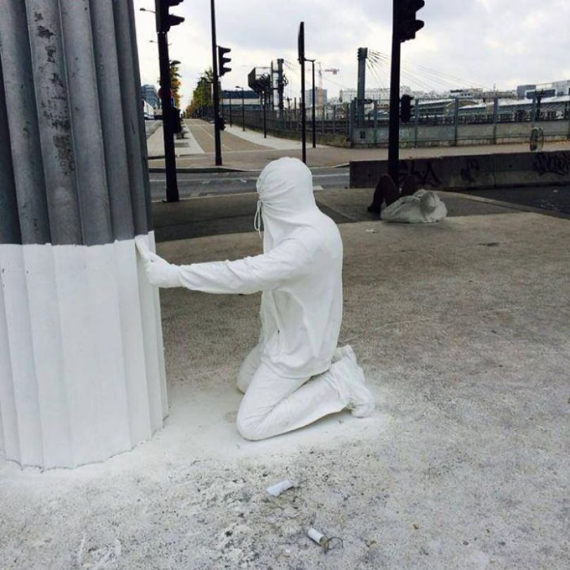 5d146eb1089b4 mannequins city street art installation trolling sculptor artist mark jenkins 17 5d1317ec47ba6  700 - Manequins realistas nas ruas