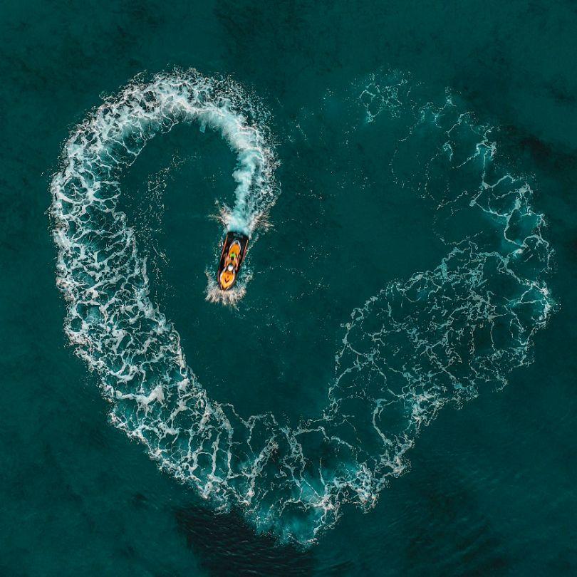 5d56596ebe894 Love is in the water Greece iKoukouzis Ioannis KoukouzisAGORA images 5d5181614b562  880 - 40 fotos apaixonantes e interessantes sobre o Amor