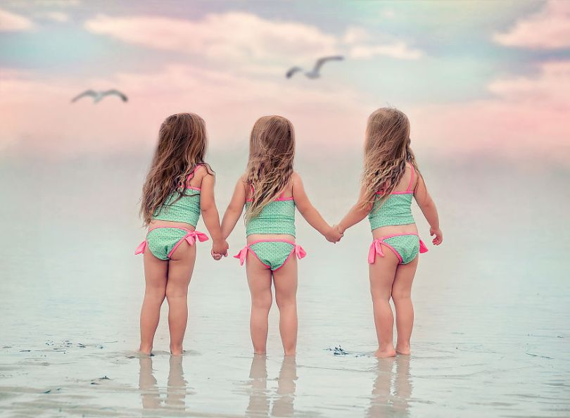 5d68d212aca10 385 months girls beach redonex 5d5511130781a  880 - Mãe de gêmeos e depois trigêmeos documenta sua família em fotos adoráveis