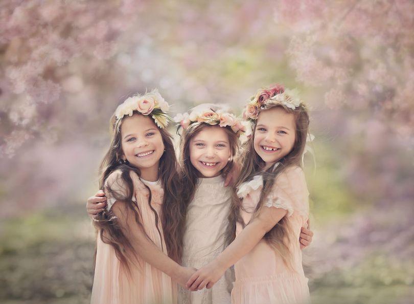 5d68d2170eb35 spring girls 5d55119f12815  880 - Mãe de gêmeos e depois trigêmeos documenta sua família em fotos adoráveis