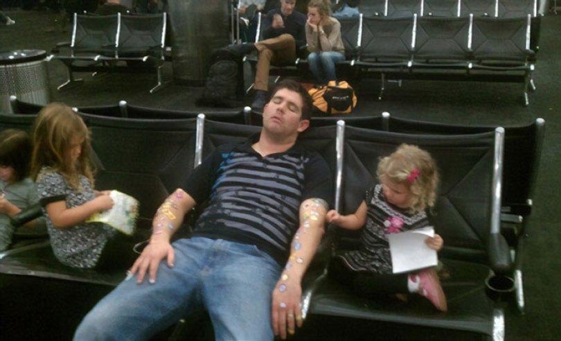 5d832ed57854d funny people sleeping positions 81 5d761a1fdbdc1  700 - Pessoas dormindo em posições extremamente desconfortáveis