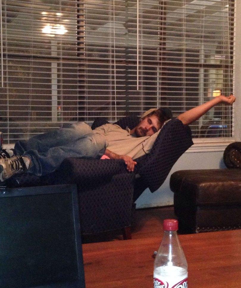 5d832ed61aafe funny people sleeping positions 60 5d76168393257  700 - Pessoas dormindo em posições extremamente desconfortáveis
