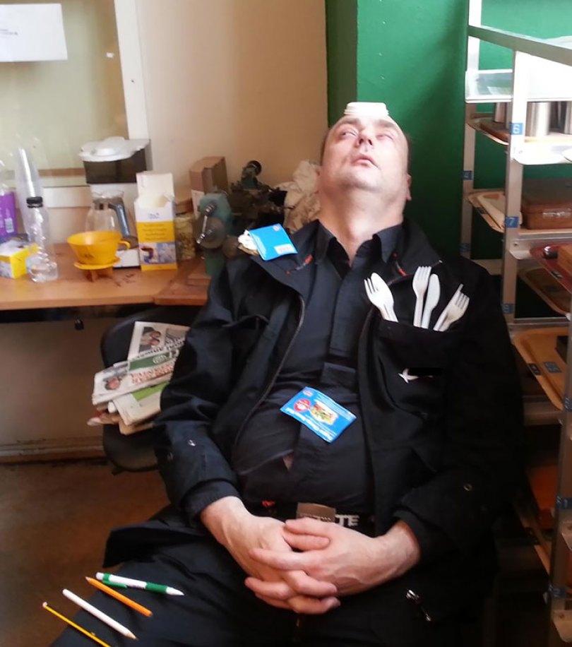 5d832ed6507db funny people sleeping positions 9 5d760c9a3fedd  700 - Pessoas dormindo em posições extremamente desconfortáveis