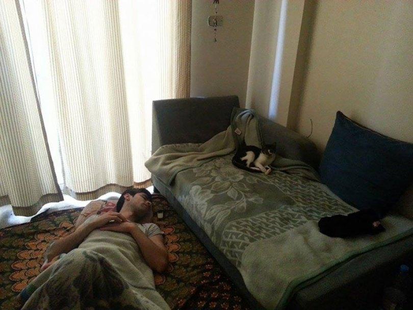 5d832ed6de3e6 funny people sleeping positions 70 5d7617bc8b704  700 - Pessoas dormindo em posições extremamente desconfortáveis