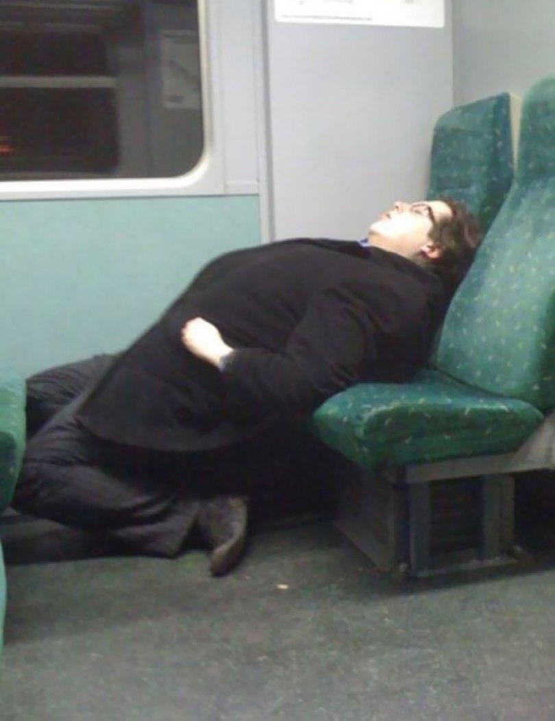 5d832ed80bb36 funny people sleeping positions 89 5d761b0436a90  700 - Pessoas dormindo em posições extremamente desconfortáveis