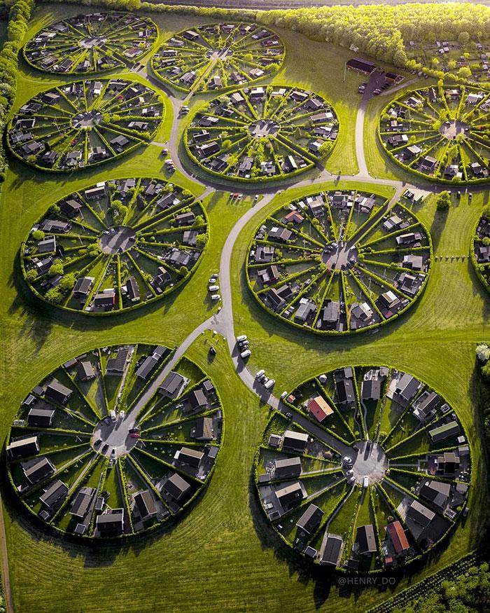 5da02f8f443e6 brondby haveby allotment gardens copenhagen denmark 7 - Jardins circulares na Dinamarca parecem chamar ET´s