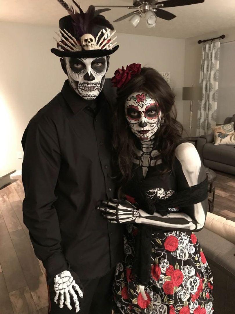 5dba981646dc6 5da84e5beb2ab aCZmzOMUh67DktFJBVpoXXiAIirlAgXhqk0u8n4fB5s  700 - Casais que apavoraram em suas fantasias para o Halloween