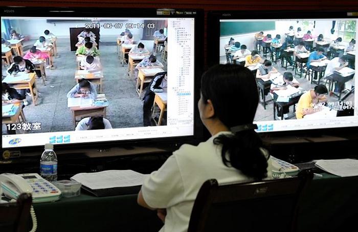 5dc52281057bd creative extreme teachers prevent cheating 12 5dc2842f6ec1e  700 - 17 vezes que professores exageraram para alunos não colarem