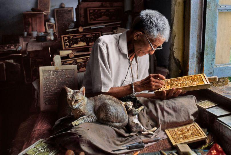 5dce5d220a674 The special bond between humans and animals portrayed by Steve McCurry 5dca7720b3166  880 - 40 fotografias de Steve McCurry que exploram a relação entre humanos e animais