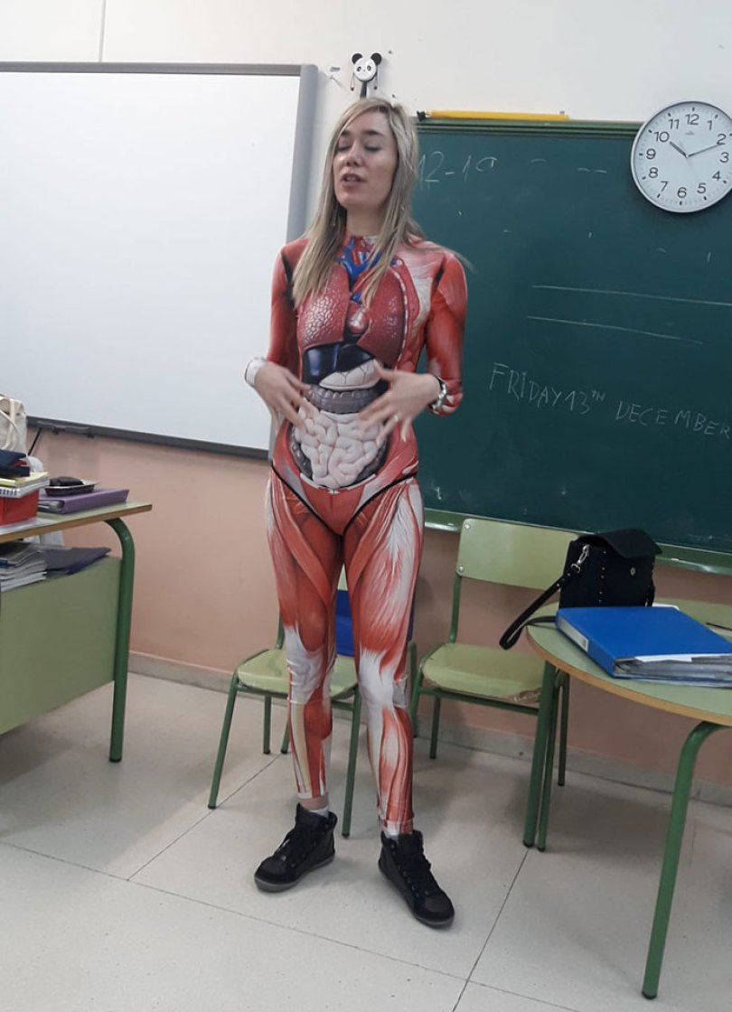 5e01dc16844a0 teacher dresses up human body anatomy lesson 2 5e0077156bdee  700 - Professora surpreende classe ao dar aula vestida com traje de anatomia