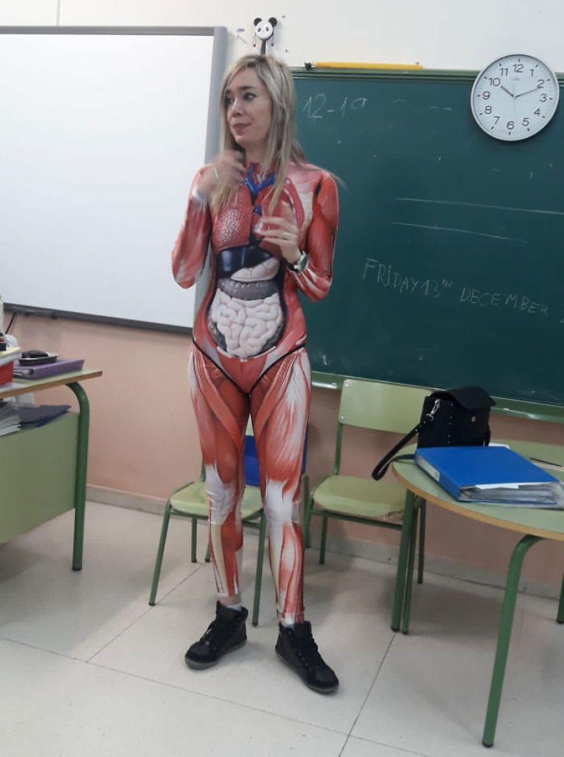5e01dc1740c54 teacher dresses up human body anatomy lesson 4 5e00771914423  700 - Professora surpreende classe ao dar aula vestida com traje de anatomia