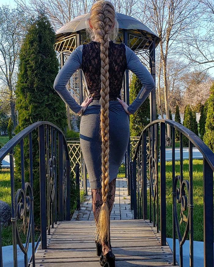 5e0da509b6b78 alena kravchenko 6 feet long hair 1 5e0b5f653c5e0 png  700 - Conheça a Rapunzel da Vida Real