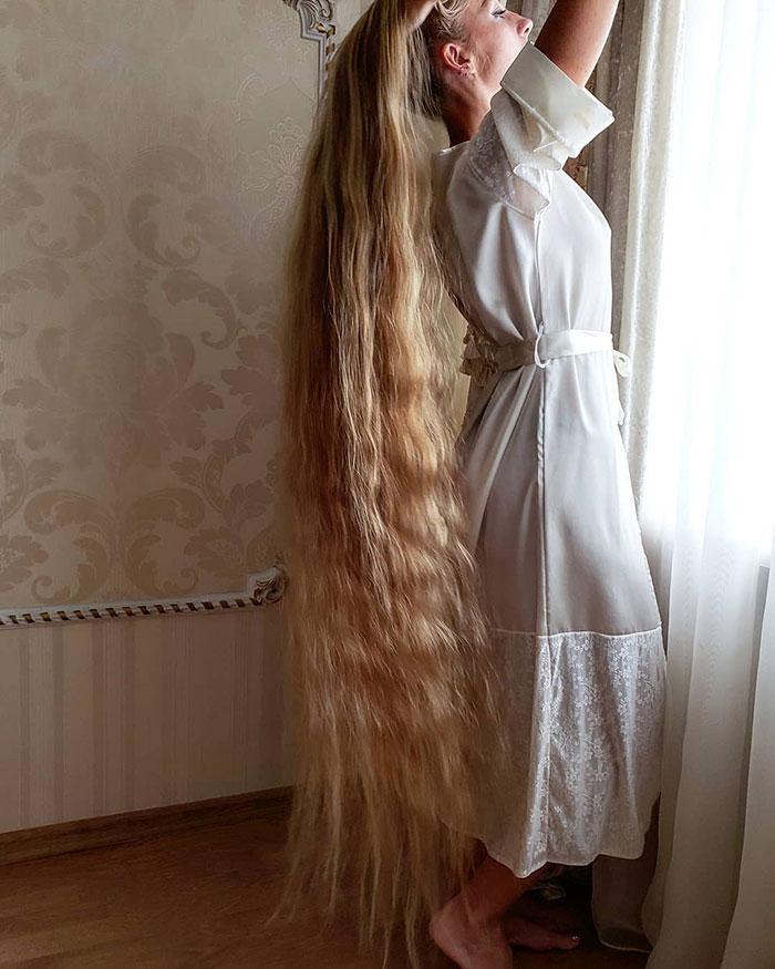 5e0da50acfd32 alena kravchenko 6 feet long hair 5 5e0b5f70a41da  700 - Conheça a Rapunzel da Vida Real
