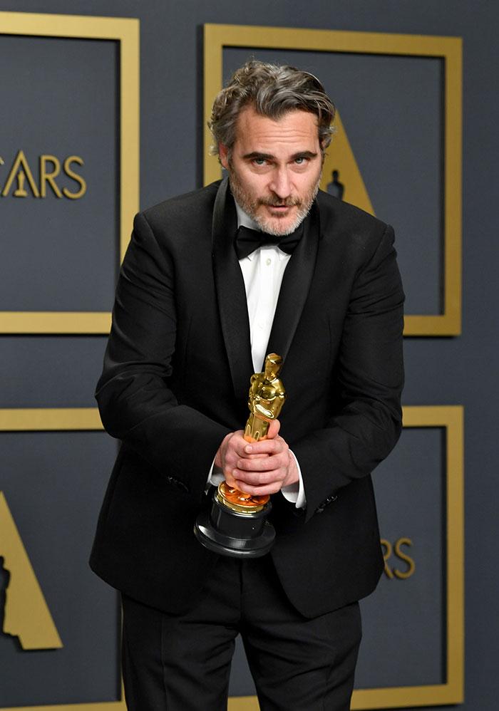 5e43b7095f7d8 celebrities actors recycled clothes sustainability oscars 16 5e42af7778837  700 - Ricas, sim! Repetir o vestido, também!