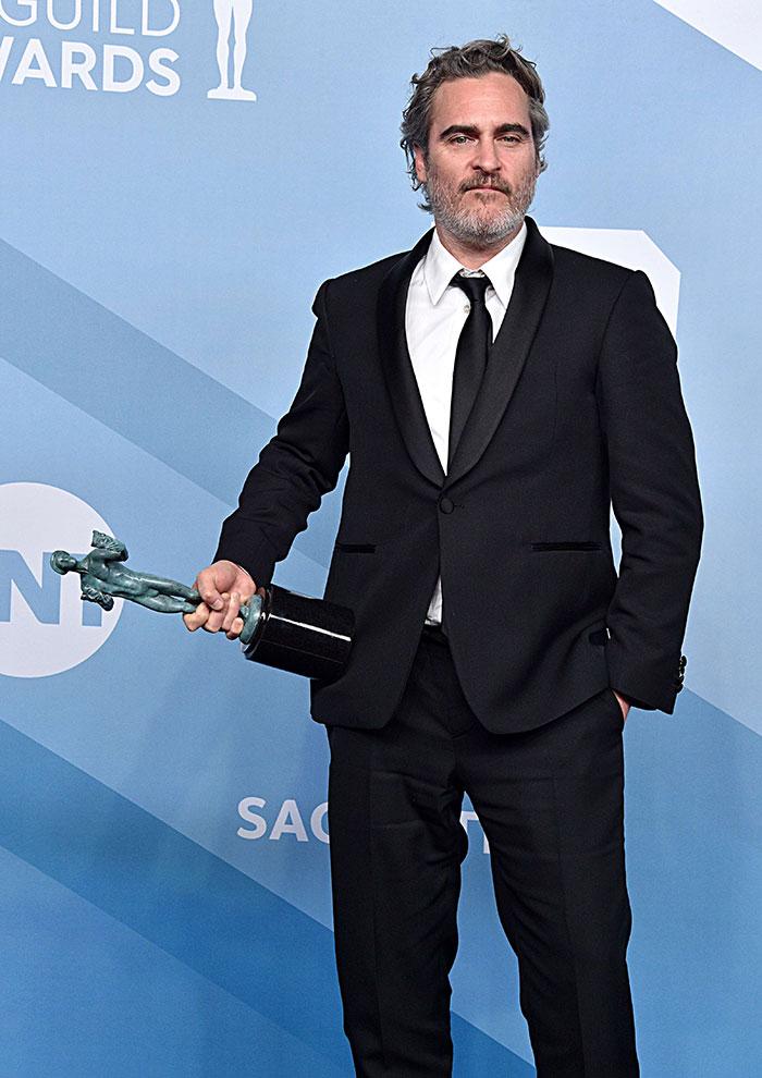 5e43b709b506f celebrities actors recycled clothes sustainability oscars 13 5e42af281eeaf  700 - Ricas, sim! Repetir o vestido, também!