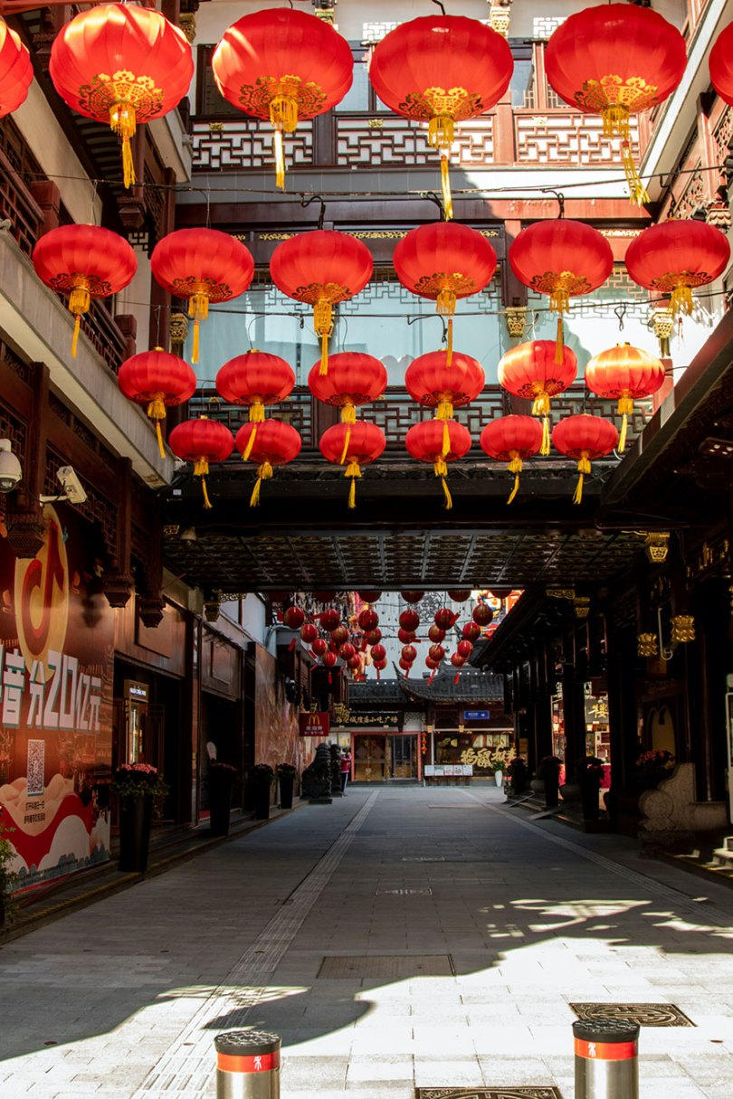 5e43b70ff2957 coronavirus outbreak empty shanghai streets photos nicole chan 1 10 5e425d62d8148  880 - O dia em que a China parou! 32 fotos das ruas vazias de Xangai durante o surto de Coronavírus