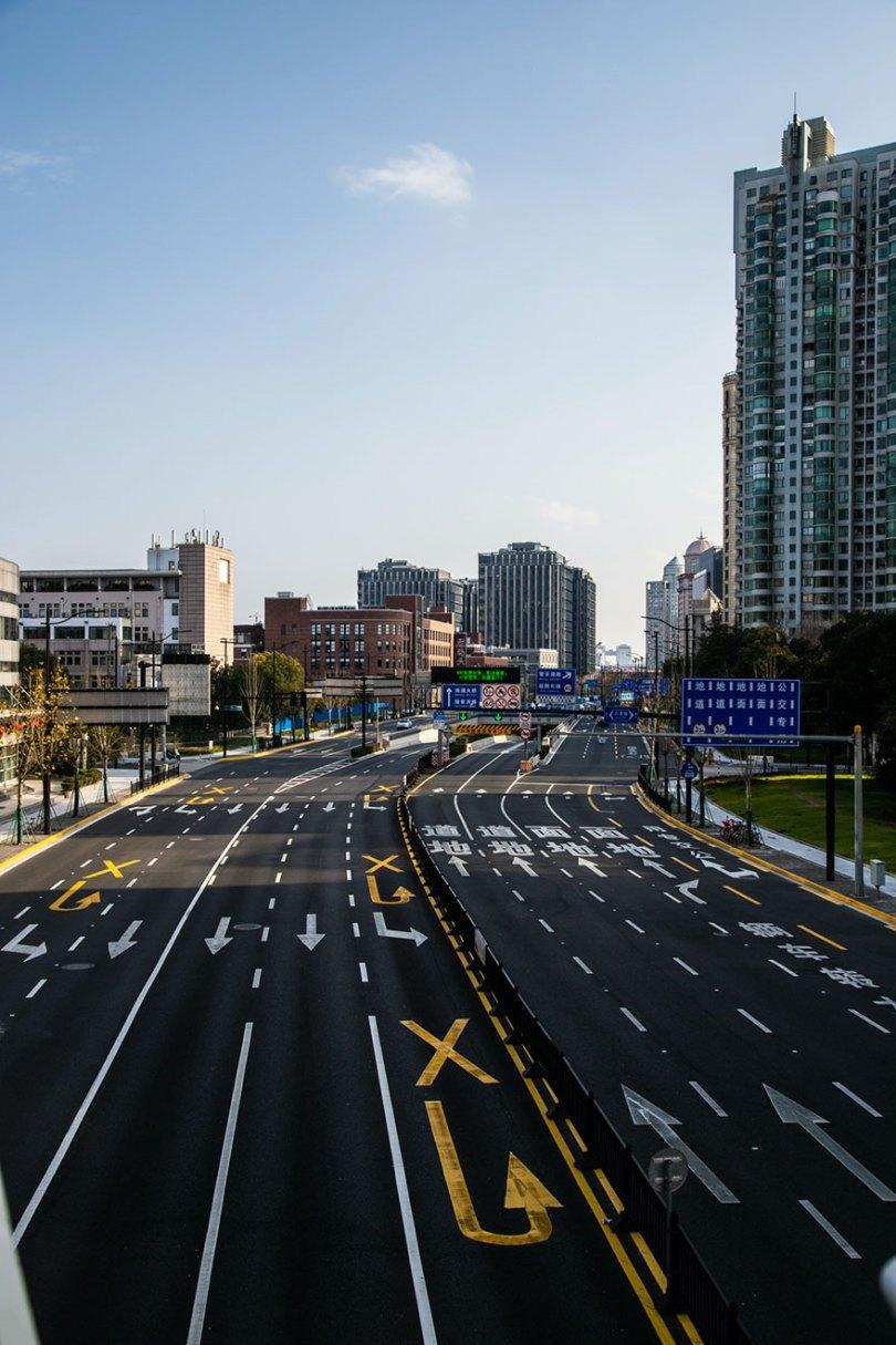 5e43b710df9bd coronavirus outbreak empty shanghai streets photos nicole chan 1 13 5e425d68df1b5  880 - O dia em que a China parou! 32 fotos das ruas vazias de Xangai durante o surto de Coronavírus
