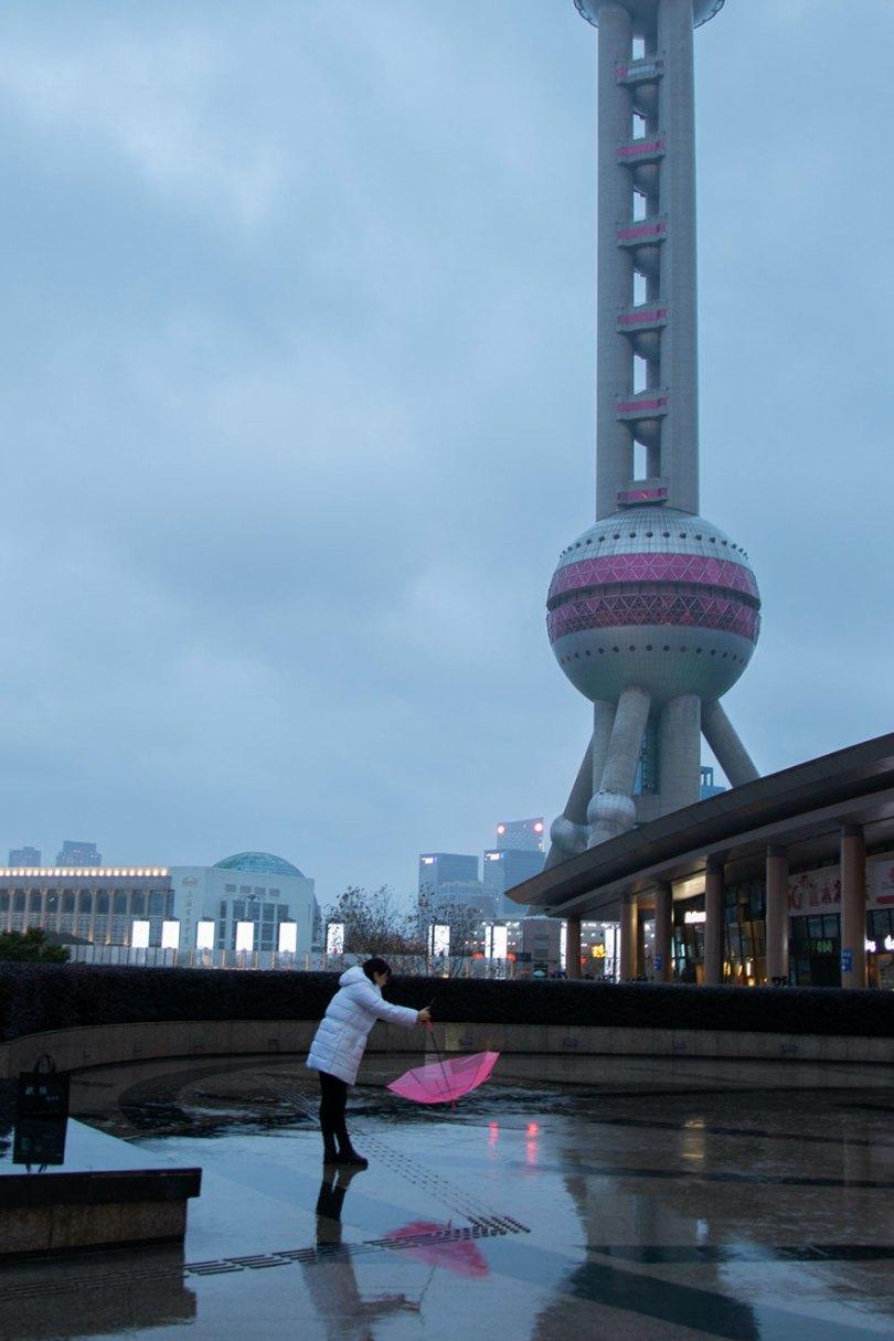 5e43b71486cdd coronavirus outbreak empty shanghai streets photos nicole chan 1 12 5e425d669d99b  880 - O dia em que a China parou! 32 fotos das ruas vazias de Xangai durante o surto de Coronavírus