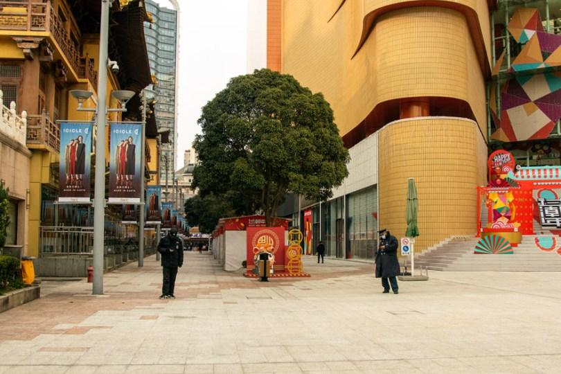 5e43b715cb24d coronavirus outbreak empty shanghai streets photos nicole chan 1 20 5e425d760f9e2  880 - O dia em que a China parou! 32 fotos das ruas vazias de Xangai durante o surto de Coronavírus