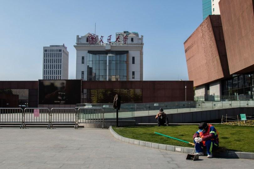 5e43b71651cda coronavirus outbreak empty shanghai streets photos nicole chan 1 5 5e425d57b293e  880 - O dia em que a China parou! 32 fotos das ruas vazias de Xangai durante o surto de Coronavírus