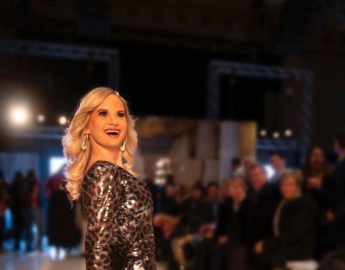 5e4fa866d0f31 B8Wt5GHBqxA png  700 - Linda modelo com Síndrome de Down cumpriu seu sonho de modelar na New York Fashion Week