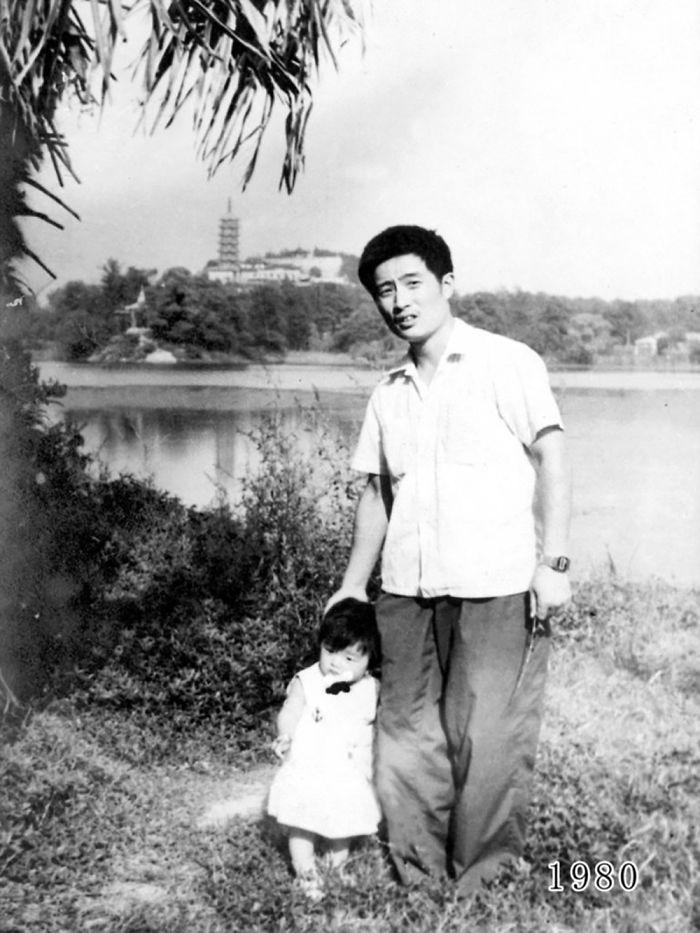 5f3f7456bac2b dad daughter same photo location different year hua yunqing 1 4 5f3e28162fba1  700 - Mesma foto, mesmo lugar há 40 anos!