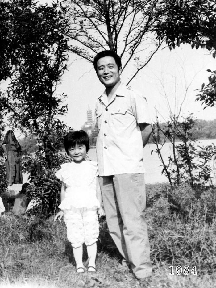 5f3f74576fe24 dad daughter same photo location different year hua yunqing 1 8 5f3e282323f6e  700 - Mesma foto, mesmo lugar há 40 anos!