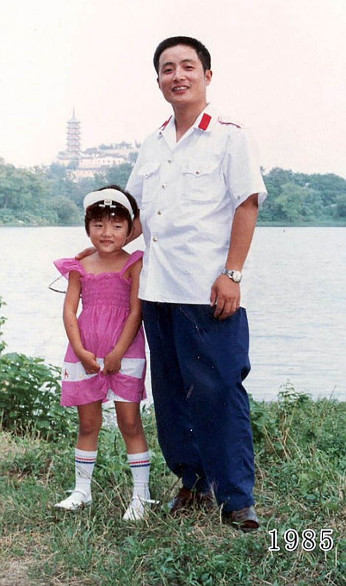 5f3f745787b6c dad daughter same photo location different year hua yunqing 1 9 5f3e28261ec9a  700 - Mesma foto, mesmo lugar há 40 anos!