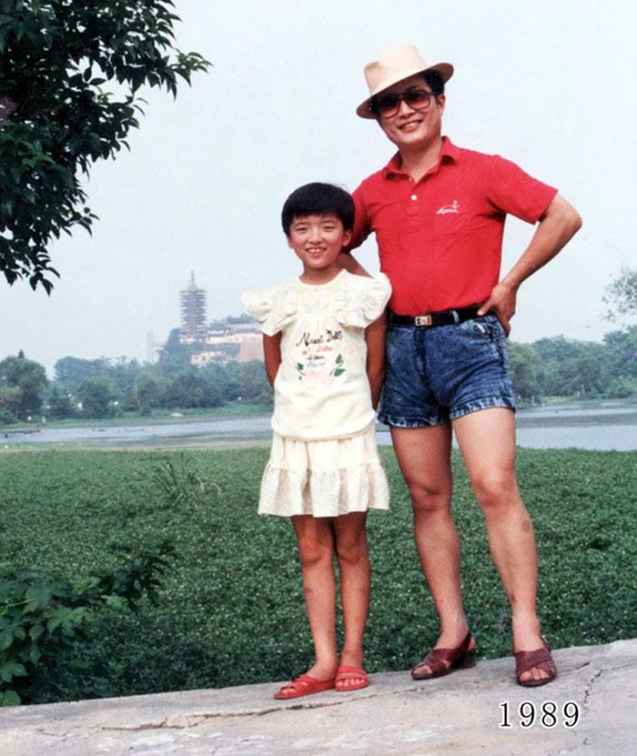 5f3f74584c715 dad daughter same photo location different year hua yunqing 1 13 5f3e2831e2c4e  700 - Mesma foto, mesmo lugar há 40 anos!