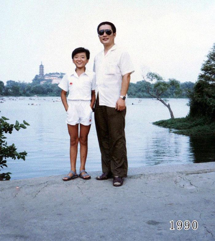 5f3f74588a758 dad daughter same photo location different year hua yunqing 1 14 5f3e2833e6776  700 - Mesma foto, mesmo lugar há 40 anos!