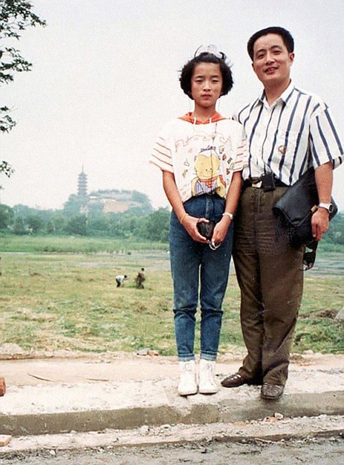 5f3f7458e1fe8 dad daughter same photo location different year hua yunqing 1 16 5f3e2838e0cec  700 - Mesma foto, mesmo lugar há 40 anos!