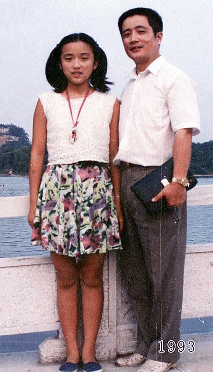5f3f745905db9 dad daughter same photo location different year hua yunqing 1 17 5f3e283b06a28  700 - Mesma foto, mesmo lugar há 40 anos!