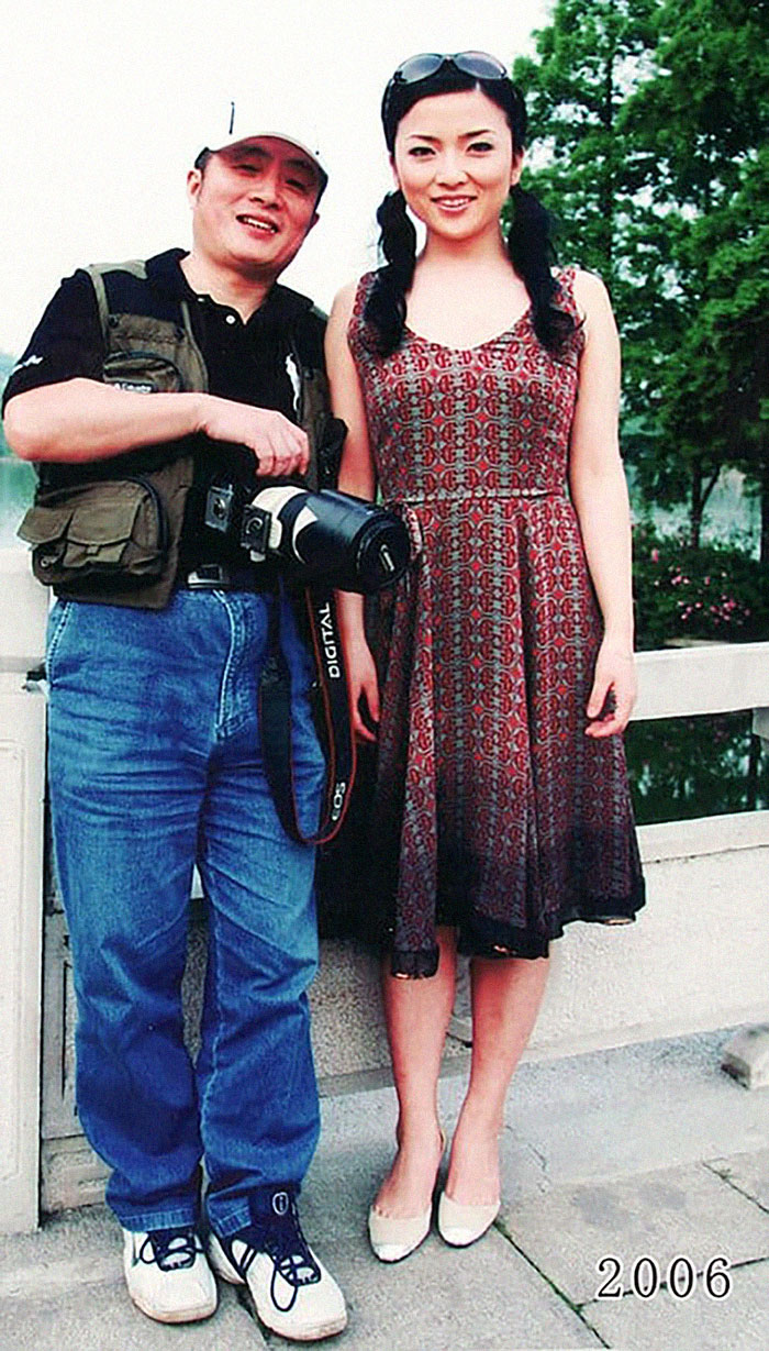 5f3f745b3bd14 dad daughter same photo location different year hua yunqing 1 29 5f3e2857027e3  700 - Mesma foto, mesmo lugar há 40 anos!