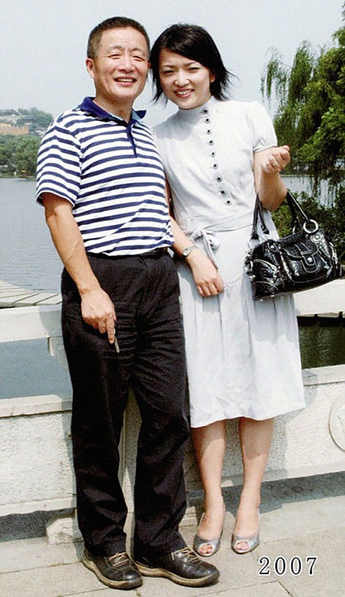 5f3f745b8027e dad daughter same photo location different year hua yunqing 1 30 5f3e2859f296d  700 - Mesma foto, mesmo lugar há 40 anos!