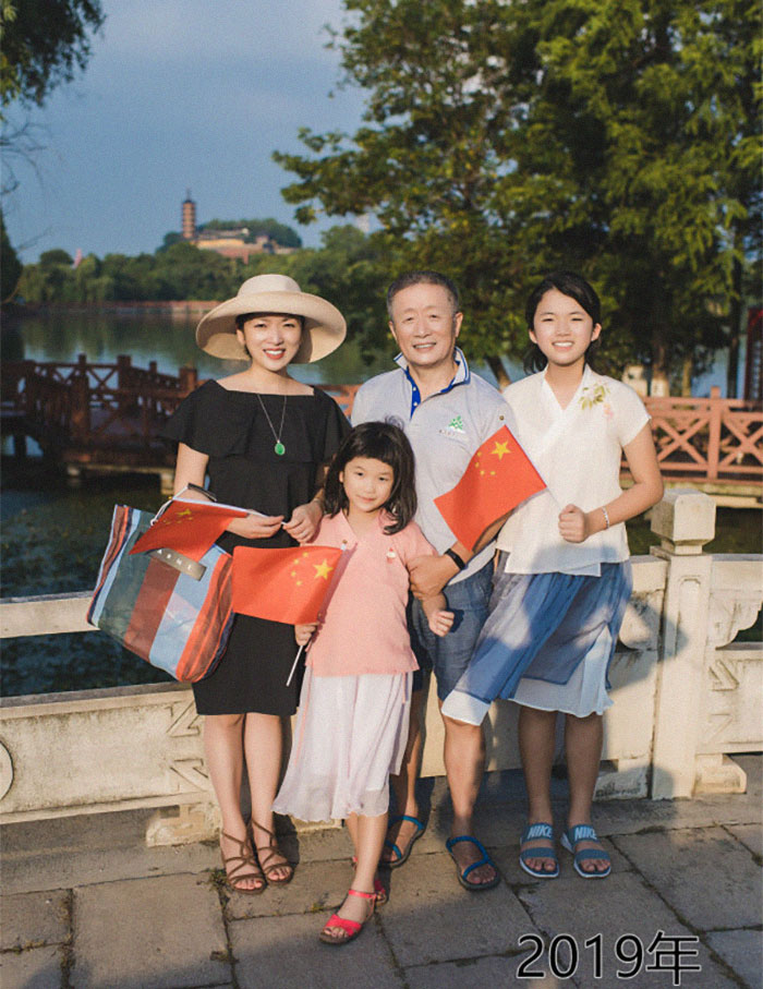 5f3f745db7f5b dad daughter same photo location different year hua yunqing 1 42 5f3e2874e8213  700 - Mesma foto, mesmo lugar há 40 anos!