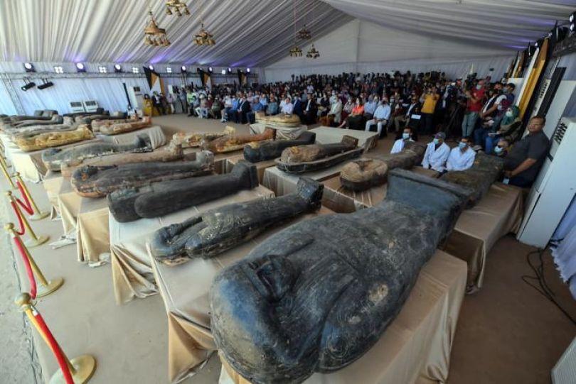 5f841a8416af1 2500 years old mummy tomb opened egypt 2 5f8004c88de9e  700 - Veja o momento em que egípcios abrem um sarcófago de 2.500 anos