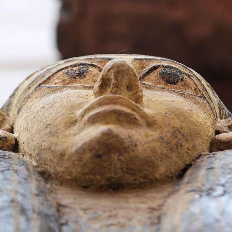 5f841a8443b8f 2500 years old mummy tomb opened egypt 9 5f80052db2190  700 - Veja o momento em que egípcios abrem um sarcófago de 2.500 anos