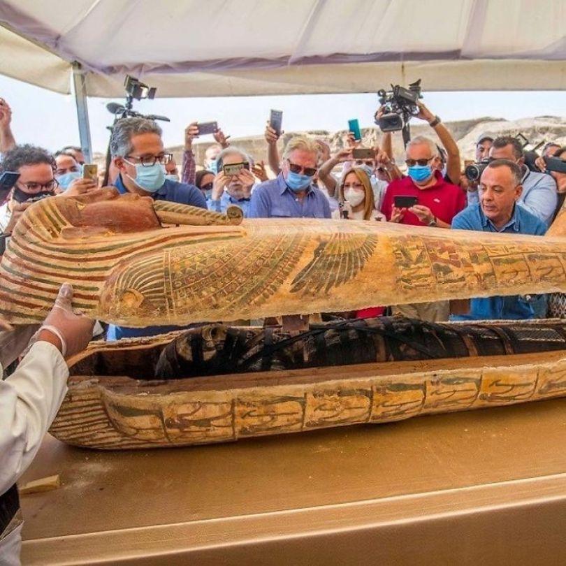 5f841a846eb36 2500 years old mummy tomb opened egypt 11 5f800531dfa0d  700 - Veja o momento em que egípcios abrem um sarcófago de 2.500 anos