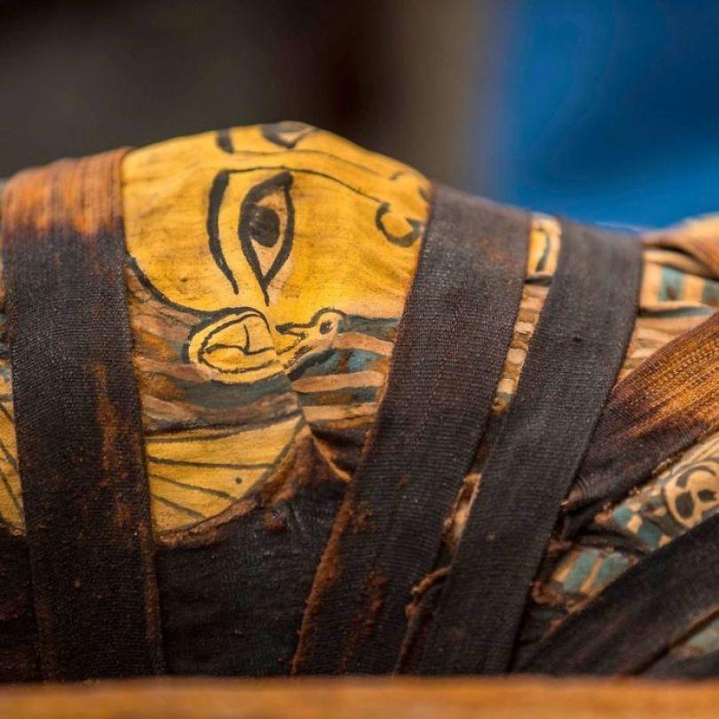 5f841a8488716 2500 years old mummy tomb opened egypt 10 5f80052fdce25  700 - Veja o momento em que egípcios abrem um sarcófago de 2.500 anos