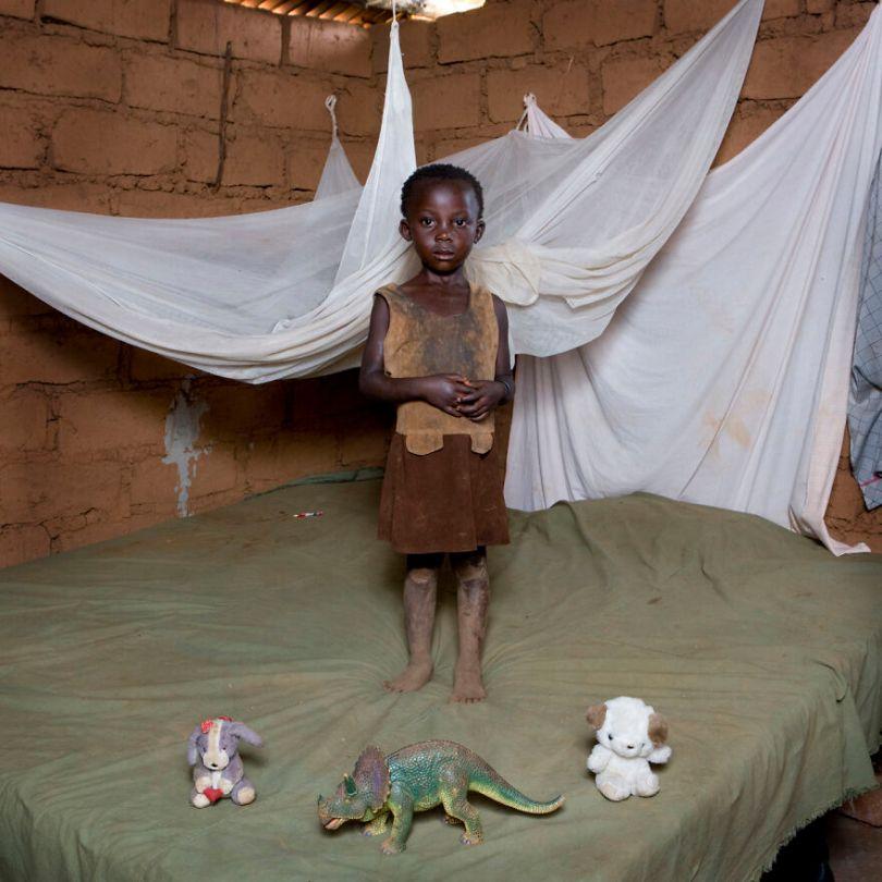 5f9a919d25cba children toys around world gabriele galimberti 5f992def98fe0  880 - Projeto Fotográfico: Crianças posam ao lado de seus brinquedos favoritos