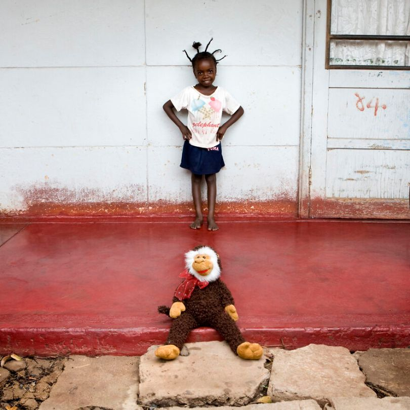 5f9a919dea0e7 children toys around world gabriele galimberti 5f992b2c2792b  880 - Projeto Fotográfico: Crianças posam ao lado de seus brinquedos favoritos