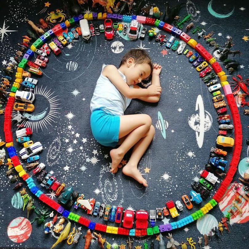 5f9a919e67a65 110214183 661943937750085 4605000414452740305 n 5f9935adbfbf6  880 - Projeto Fotográfico: Crianças posam ao lado de seus brinquedos favoritos