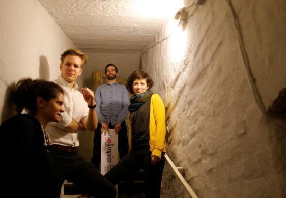 Figura 2. I giovani di Momentum nel quartier generale del movimento in un seminterrato a Budapest. Febbraio 2017