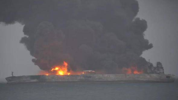 Çinde Tanker İle Yük Gemisi Çatıştı